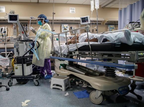 Một bệnh nhân mắc Covid-19 đang được điều trị  tại Bệnh viện St. Joseph ở Yonkers, New York, Mỹ. Ảnh: AP