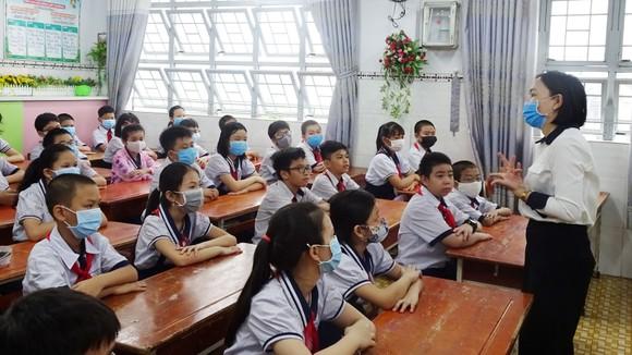 Học sinh khối 5, Trường Tiểu học An Hội (quận Gò Vấp)  trong ngày đầu tiên trở lại trường sau hơn 3 tháng nghỉ học vì dịch bệnh