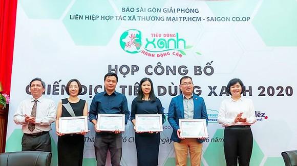 Phó tổng Biên tập Báo SGGP Lý Việt Trung trao chứng nhận doanh nghiệp đồng hành Chiến dịch Tiêu dùng xanh năm 2020 cho các doanh nghiệp