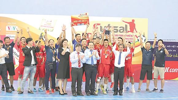 Ông Lê Hữu Hoàng, Phó Chủ tịch UBND tỉnh Khánh Hòa trao huy chương vàng cho các cầu thủ đội vô địch