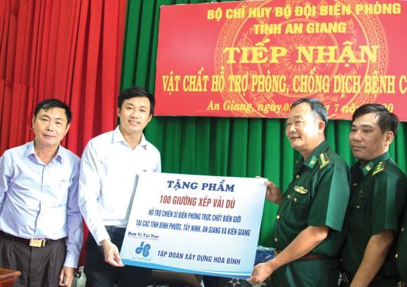 Hòa Bình trao quà tặng cho bộ đội biên phòng và học sinh vùng biên ảnh 2