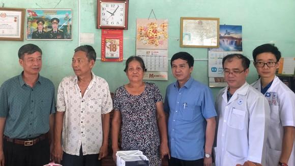 Khám chữa bệnh, tặng quà cho gia đình chính sách tại Lâm Đồng ảnh 3
