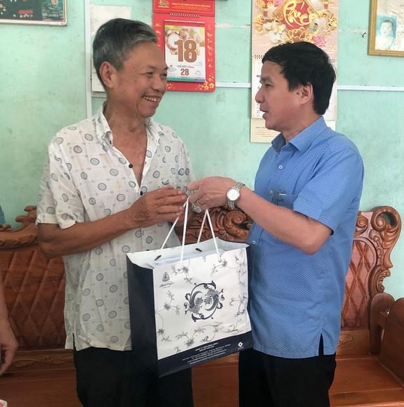 Khám chữa bệnh, tặng quà cho gia đình chính sách tại Lâm Đồng ảnh 2