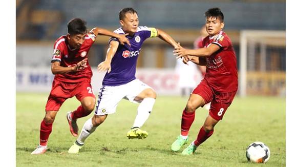 Thành Lương (giữa) và đội Hà Nội sẽ có chuyến làm khách khó khăn ở sân Thống Nhất. Ảnh:  NHẬT ANH
