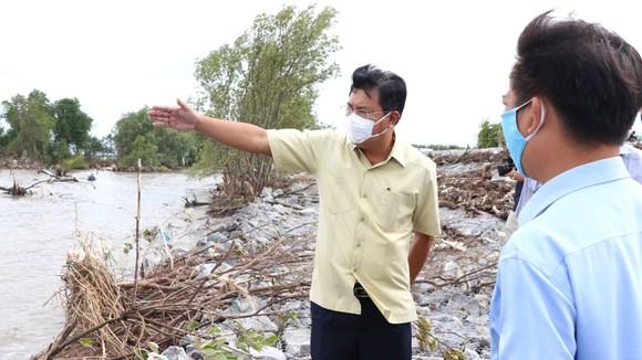 Ông Nguyễn Tiến Hải kiểm tra đê biển Tây và chỉ đạo các biện pháp xử lý
