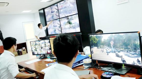 Bộ phận kỹ thuật đang xử lý thông tin tại hệ thống camera thông minh của quận 1.  Ảnh: THU HƯỜNG
