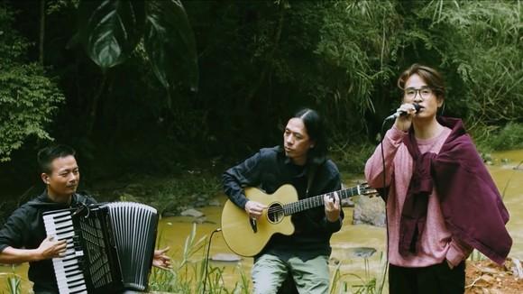 Ca sĩ Hà Anh Tuấn hát giữa rừng trong See Sing Share mùa 4