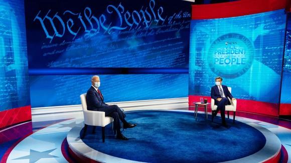Hai ứng viên tổng thống Mỹ tiếp tục công kích nhau trên sóng truyền hình ảnh 2