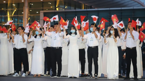 Thủ tướng Nhật Bản Suga Yoshihide đã tới Hà Nội, bắt đầu chuyến thăm chính thức Việt Nam ảnh 4