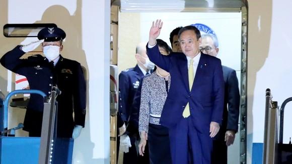 Thủ tướng Nhật Bản Suga Yoshihide đã tới Hà Nội, bắt đầu chuyến thăm chính thức Việt Nam ảnh 1