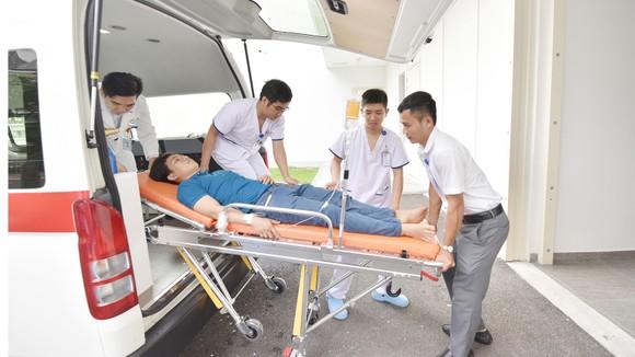 Nhân viên Trạm cấp cứu vệ tinh 115 Bệnh viện Gia An 115 vận chuyển bệnh nhân về bệnh viện cấp cứu
