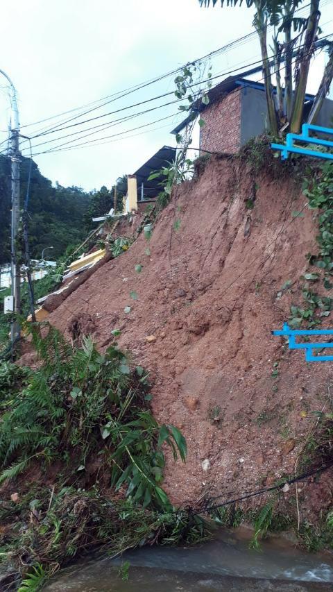 Bão số 9 càn quét các tỉnh miền Trung, hàng trăm nhà dân tốc mái ảnh 5