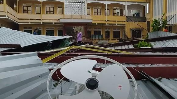 Bão số 9 càn quét các tỉnh miền Trung, hàng trăm nhà dân tốc mái ảnh 9