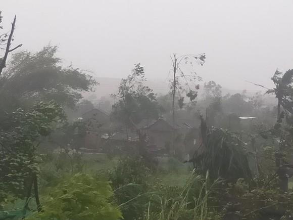 Bão số 9 càn quét các tỉnh miền Trung, hàng trăm nhà dân tốc mái ảnh 15