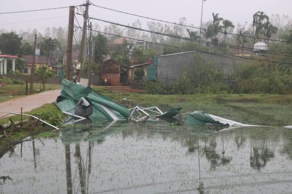 Bão số 9 càn quét các tỉnh miền Trung, hàng trăm nhà dân tốc mái ảnh 11