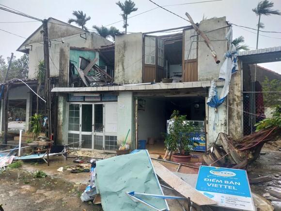 Bão số 9 càn quét các tỉnh miền Trung, hàng trăm nhà dân tốc mái ảnh 2