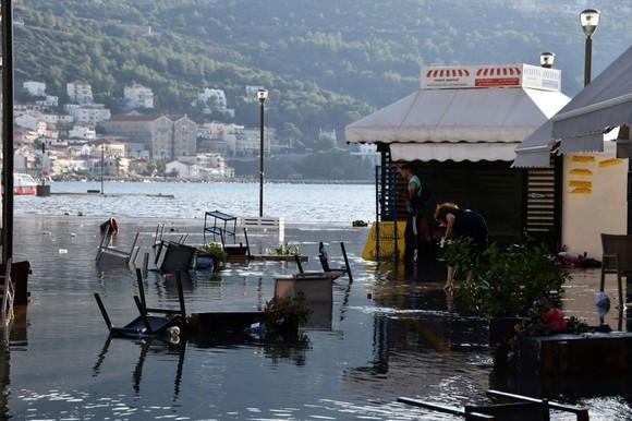 Ít nhất 22 người thiệt mạng do động đất ở Thổ Nhĩ Kỳ và Hy Lạp ảnh 20