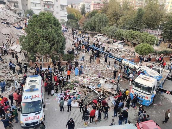 Ít nhất 22 người thiệt mạng do động đất ở Thổ Nhĩ Kỳ và Hy Lạp ảnh 14