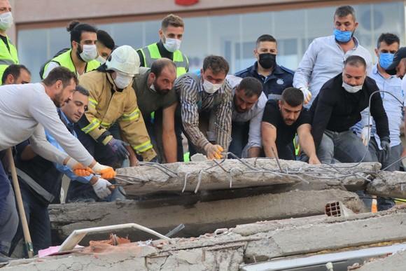 Ít nhất 22 người thiệt mạng do động đất ở Thổ Nhĩ Kỳ và Hy Lạp ảnh 13