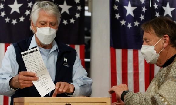 Bầu cử Mỹ 2020: Tổng thống D.Trump và ứng cử viên J.Biden chia nhau chiến thắng ở hai điểm bỏ phiếu đầu tiên  ảnh 2