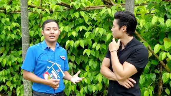 Bạn Nguyễn Sỹ Lộc (bên trái) đang giới thiệu cho du khách về du lịch Hóc Môn