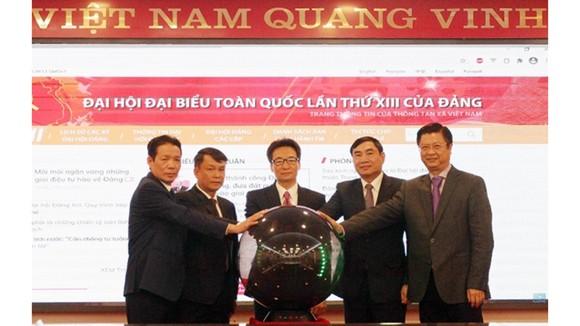 Phó Thủ tướng Vũ Đức Đam và Tổng Giám đốc TTXVN Nguyễn Đức Lợi cùng các đại biểu thực hiện nghi thức khai trương Trang thông tin Đại hội đại biểu toàn quốc lần thứ XIII của Đảng.