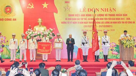 Thủ tướng trao danh hiệu Anh hùng Lực lượng vũ trang nhân dân cho lực lượng An ninh điều tra, Bộ Công an. Ảnh: VGP