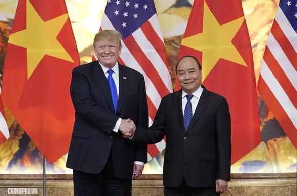 Thủ tướng Nguyễn Xuân Phúc (phải) bắt tay Tổng thống Mỹ Donald Trump tại cuộc hội kiến ở Hà Nội hồi tháng 2-2019. Ảnh: VGP