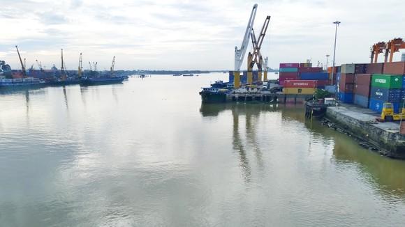 Dầu, mỡ từ hoạt động của tàu thuyền gây ô nhiễm cục bộ sông Đồng Nai