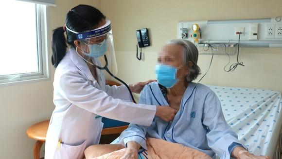 Bác sĩ đang thăm khám cho bệnh nhân bị suy dinh dưỡng. Ảnh: NAM PHƯƠNG