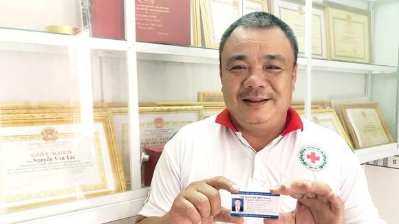 Chú Nguyễn Văn Tác phấn khởi cầm thẻ đăng ký hiến tạng trên tay