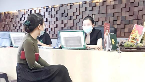 Nhân viên một cơ sở làm đẹp trên đường 3-2 (quận 10)  tư vấn cho khách