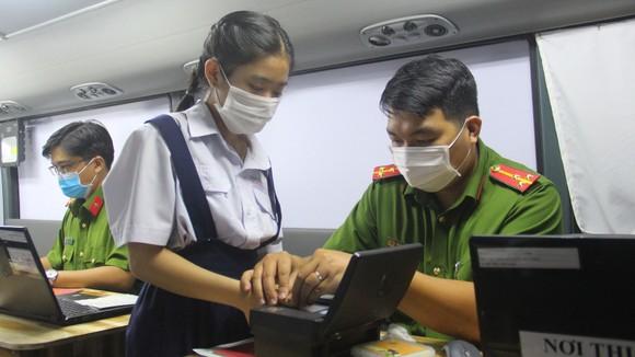 Làm thủ tục cấp thẻ căn cước công dân tại TPHCM. Ảnh: CHÍ THẠCH