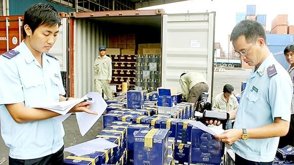 Hải quan TPHCM kiểm tra hàng nhập khẩu qua cảng. Ảnh: CAO THĂNG
