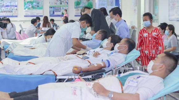 Nhân viên y tế BV Chợ Rẫy Phnom Penh hiến máu cứu người trong mùa dịch