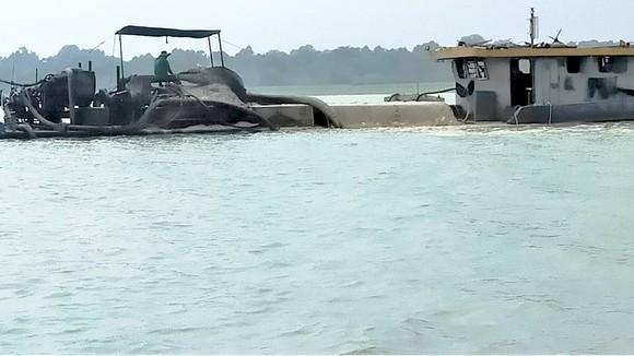 Hoạt động khai thác cát trên hồ Dầu Tiếng tiềm ẩn nguy cơ ô nhiễm nguồn nước
