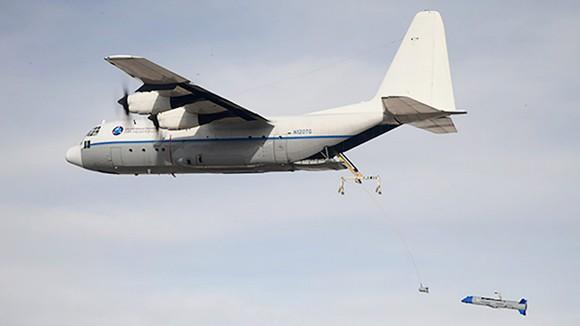 Chiếc C-130 thả drone giữa không trung