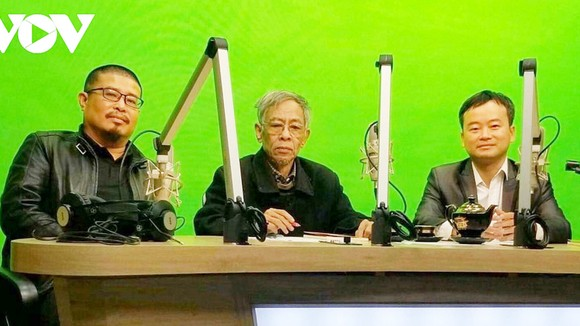 Nhà thơ Hoàng Nhuận Cầm (giữa) trong một chương trình của Đài Tiếng nói Việt Nam. Ảnh: VOV