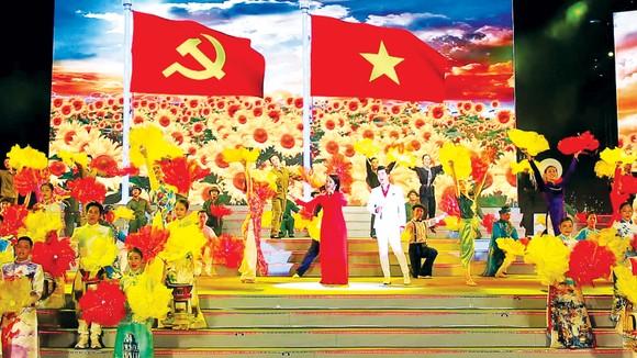Bài hát khai mạc chương trình - Việt Nam tiếng hát trái tim ta. Ảnh: DŨNG PHƯƠNG