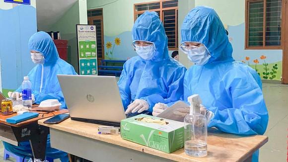 Sinh viên Trường ĐH Nguyễn Tất Thành hỗ trợ lực lượng y tế  nhập dữ liệu tại quận Gò Vấp. Ảnh: HOÀNG HÙNG