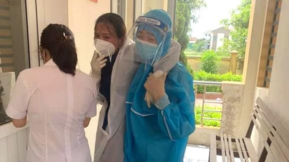 Chị Duyên bị ngất xỉu được đồng nghiệp dìu vào phòng y tế để chăm sóc sức khỏe