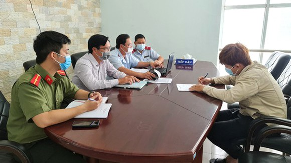 Ngày 6-5, ông Lê Quang H. (bìa phải) bị cơ quan chức năng  tỉnh Thừa Thiên - Huế phạt 5 triệu đồng vì phát tán tin giả về dịch Covid-19