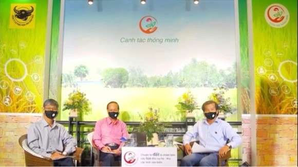 TS. Hồ Văn Chiến (bên trái), GS.TS Nguyễn Bảo Vệ (giữa), ThS. Phan Văn Tâm (bên phải) tư vấn trực tuyến kỳ 1 ngày 25-5-2021 về việc chuẩn bị đất và chăm bón cây lúa đầu vụ Hè Thu