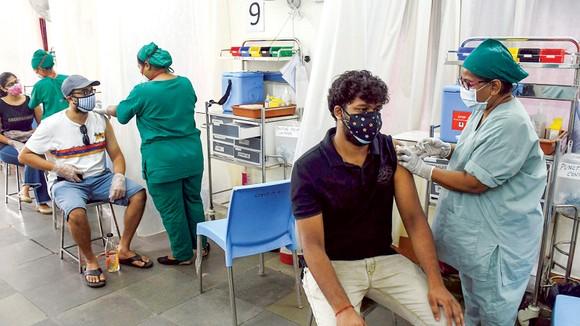 Người dân Ấn Độ tiêm vaccine Covid-19