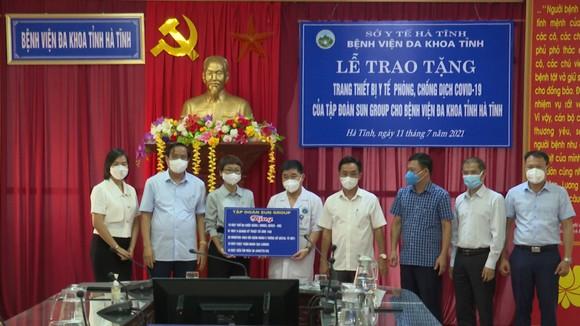 Lễ trao tặng trang thiết bị y tế phòng chống dịch Covid-19 của Sun Group cho BVĐK Hà Tĩnh