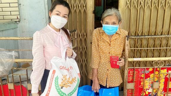 Cán bộ Ủy ban MTTQ Việt Nam phường 1, quận 5 trao quà tận tay  bà Trương Tuất Phương