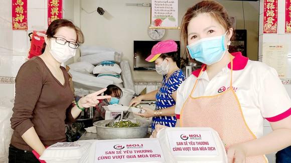 Chị Trần Hằng tham gia bếp cơm thiện nguyện  phát cho các khu cách ly