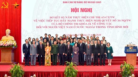 Lãnh đạo Đảng và Nhà nước chụp ảnh lưu niệm với kiều bào
