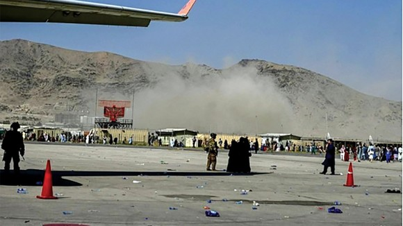 Khói bốc lên từ vụ tấn công khủng bố ở sân bay Kabul