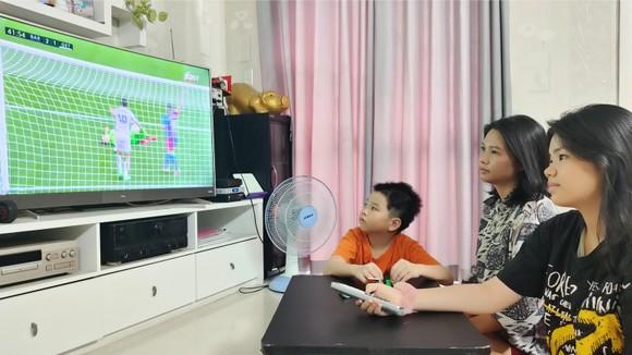 Nhiều gia đình chọn xem phim và các chương trình giải trí trên các nền tảng truyền hình Internet trả tiền. Ảnh: DŨNG PHƯƠNG